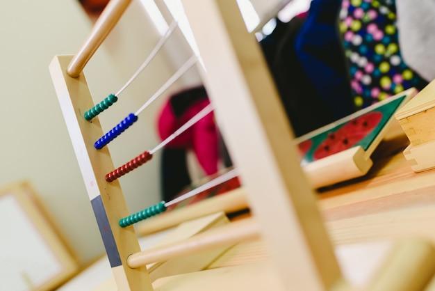 Drewniane Liczydło Do Nauki Liczenia I Dodawania I Odejmowania, Edukacja Montessori Dla Dzieci. Premium Zdjęcia