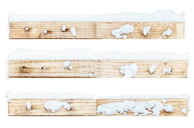 Drewniane listwy ze śniegiem są izolowane na białym tle