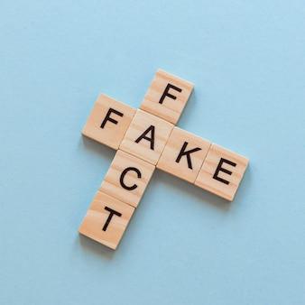 Drewniane listy z fałszywymi wiadomościami