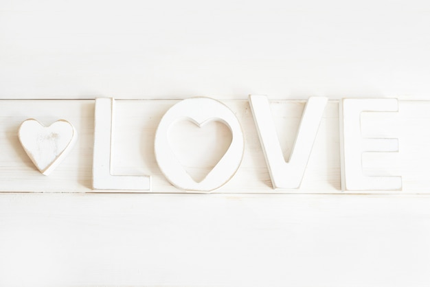 Drewniane litery miłości na białym tle