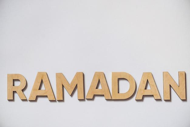 Drewniane litery ramadanu