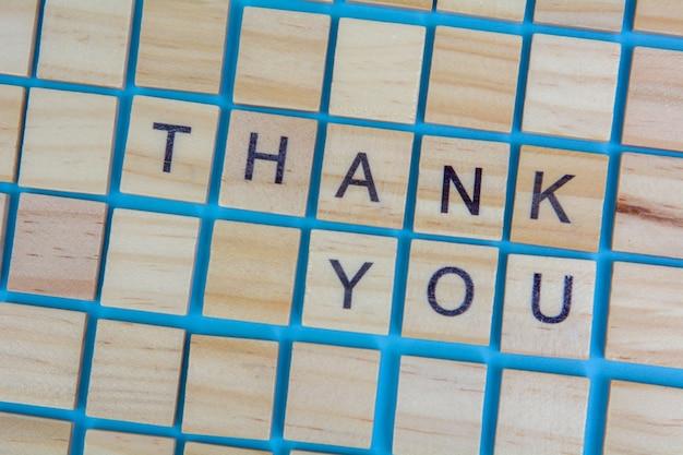 Drewniane litery scrabble słowo dziękujemy