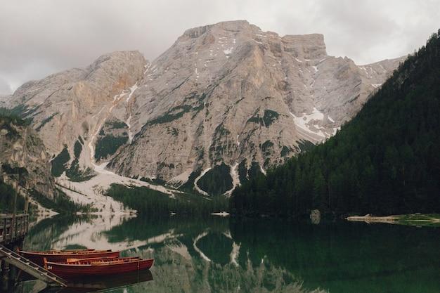 Drewniane łodzie na jeziorze somwhere w włoskich dolomitach