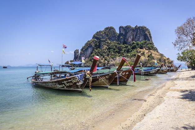 Drewniane łodzie na plaży