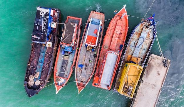 Drewniane łodzie rybackie unosi się w porcie.