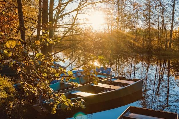Drewniane łodzie rybacy przy zmierzchem w jesieni