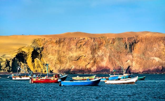 Drewniane łodzie w rezerwacie narodowym paracas na oceanie spokojnym w peru