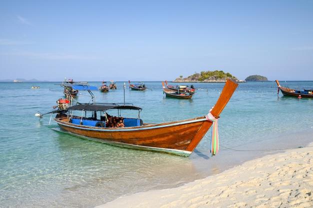 Drewniane łodzie z długim ogonem na tropikalnym morzu