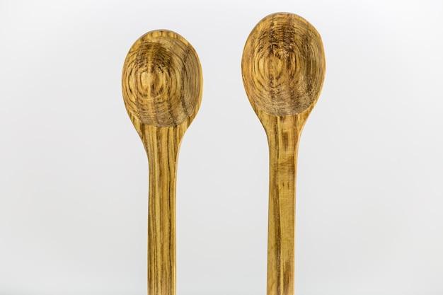 Drewniane łyżki na białej powierzchni
