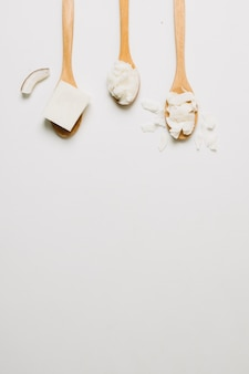 Drewniane łyżki z produktami kokosowymi i miejsce do kopiowania
