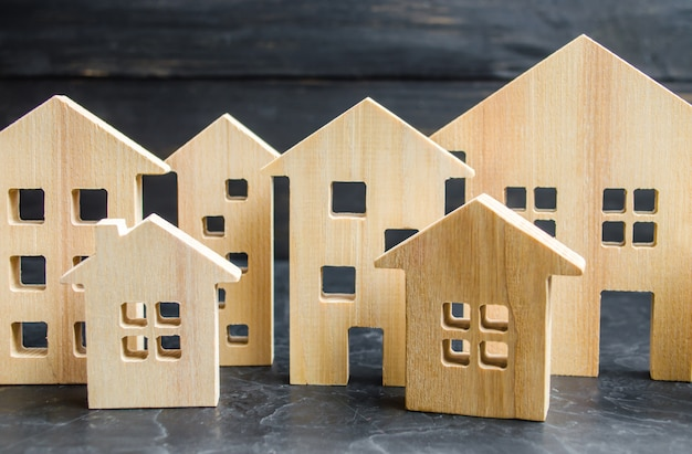 Drewniane miasto i domy. koncepcja wzrostu cen mieszkań lub czynszów.