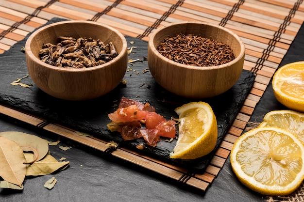 Drewniane miski pełne owadów