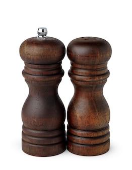 Drewniane młyny z solą i pieprzem na białym tle