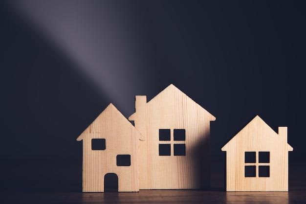 Drewniane modele domów na stole