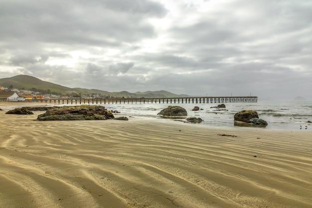 Drewniane molo na cayucos state beach, cayucos california