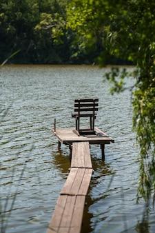 Drewniane molo nad jeziorem we wsi