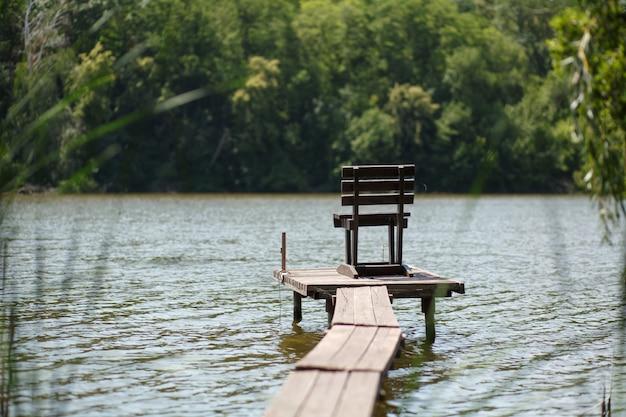 Drewniane molo nad jeziorem we wsi.