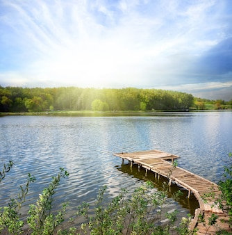 Drewniane molo nad jeziorem