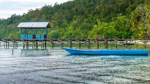 Drewniane molo w lokalnej wiosce na wyspie gam, papuas zachodni, raja ampat, indonezja