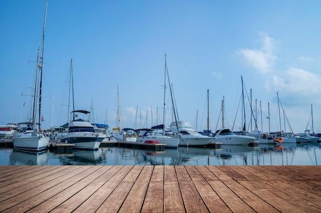 Drewniane molo w porcie jachtowym