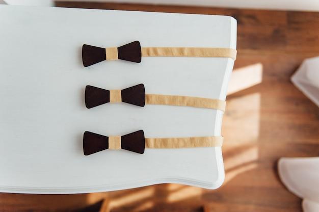 Drewniane muszki na stole z kości słoniowej
