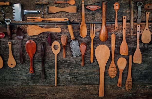 Drewniane naczynia kuchenne zdobione na tle starego drewna