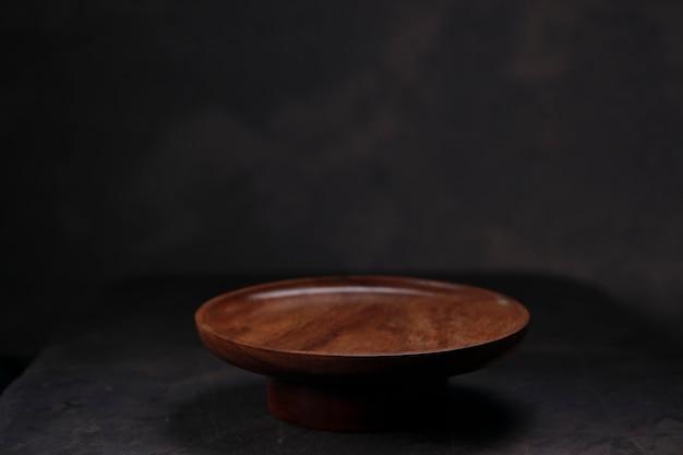 Drewniane naczynia stołowe, płaskie drewniane naczynia stołowe umieszczone na szarym tle z teksturą.