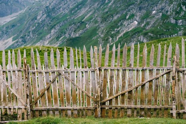 Drewniane ogrodzenie nad górami, stare ogrodzenie płot dla bydła w górach