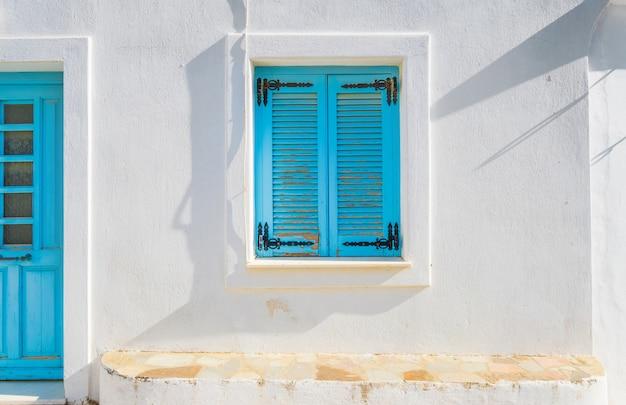 Drewniane okna w starym domu