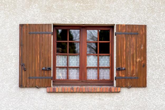 Drewniane okno z okiennicami