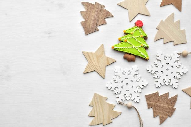 Drewniane ozdoby świąteczne i piernikowe ciasteczko