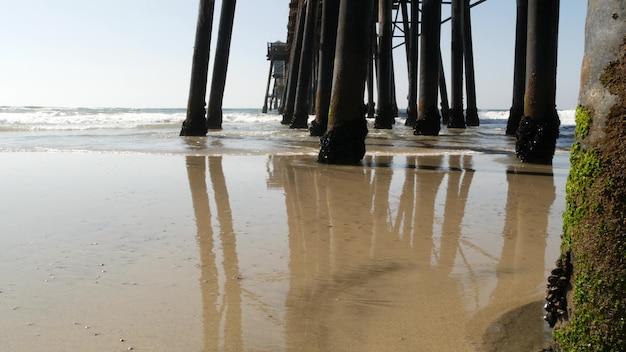 Drewniane pale pod promenadą, stare molo w oceanside, kalifornijskie wybrzeże usa