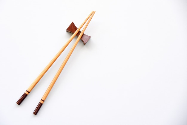 Drewniane pałeczki na białym tle kopiowanie miejsca.