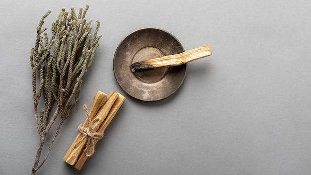 Drewniane patyczki do aromaterapii lawendy i kadzidła leżą płasko
