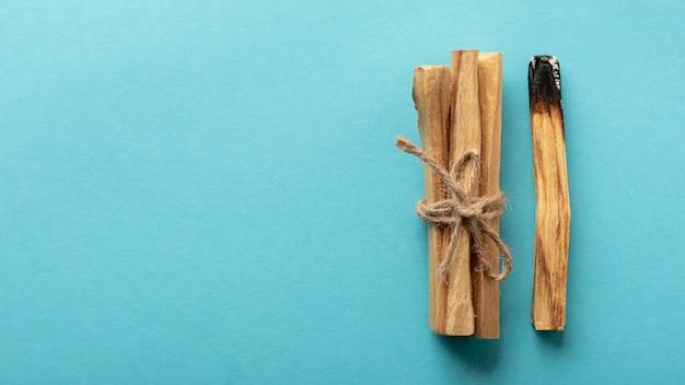 Drewniane patyczki zapachowe związane z miejscem na kopię liny