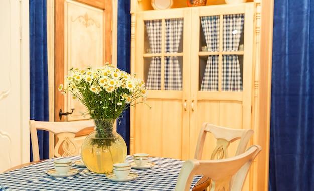 Drewniane piękne niestandardowe wnętrze kuchni