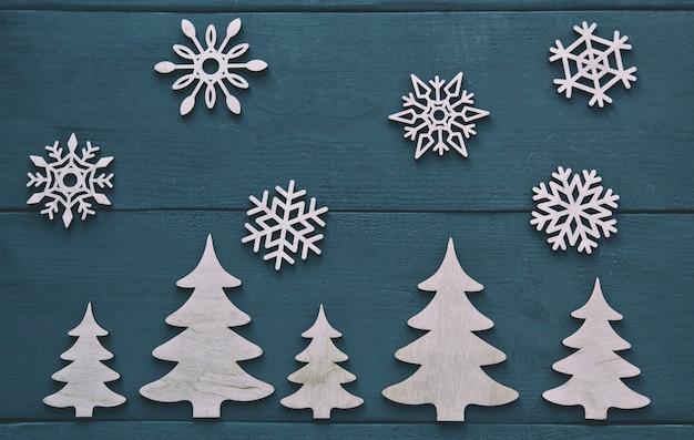 Drewniane płatki śniegu i drewniane drzewa