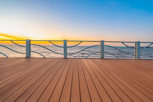 Drewniane podłogi i widok na jezioro