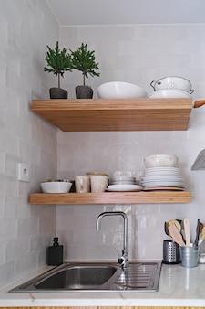 Drewniane półki kuchenne z zastawą stołową