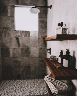 Drewniane półki łazienkowe z przyborami do kąpieli i kosmetykami w nowoczesnej szarej łazience z prysznicem i kamykami na podłodze, tło wnętrza nowoczesnej łazienki, renderowanie 3d