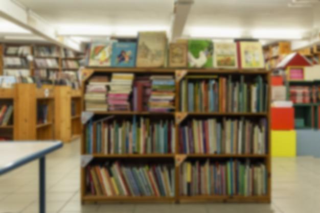 Drewniane półki z książkami w sklepie. duży wybór literatury.