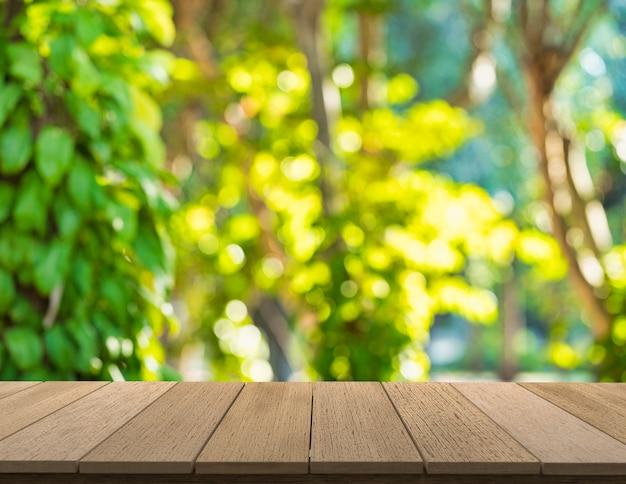 Drewniane półki z widokiem natury w tle. możesz używać do ekspozycji produktów. lub dodaj własny tekst w przestrzeni.