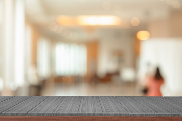 Drewniane półki z widokiem niewyraźne tło. możesz używać do wyświetlania produktów.
