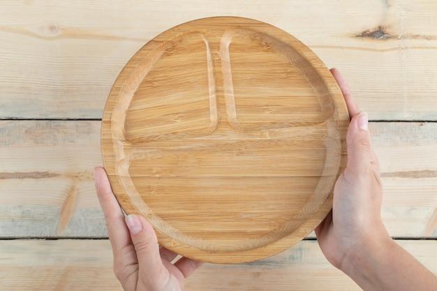 Drewniane półmiski śniadaniowe z rzeźbionymi kawałkami w środku.