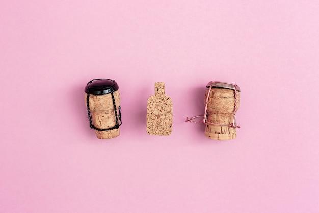 Drewniane postacie dziewczyny i chłopca z korków do szampana i muszelek z butelką zabawki