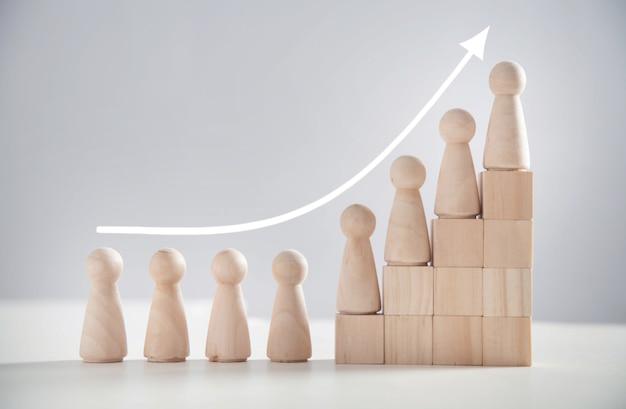Drewniane postacie ludzkie na schodach. biznes. kariera. wzrost. sukces
