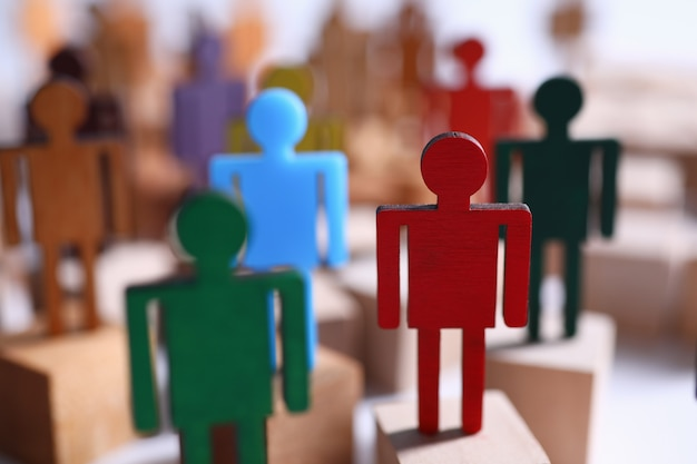 Drewniane postacie w formie ludzi na blokach przywództwa