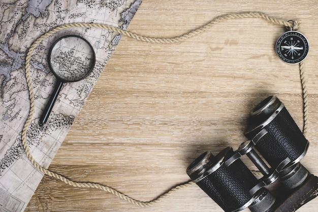 Drewniane Powierzchni Z Mapy I Innych Elementów Podróży Darmowe Zdjęcia