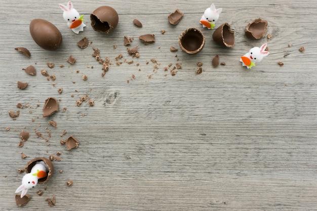 Drewniane powierzchni z pisanki i królików