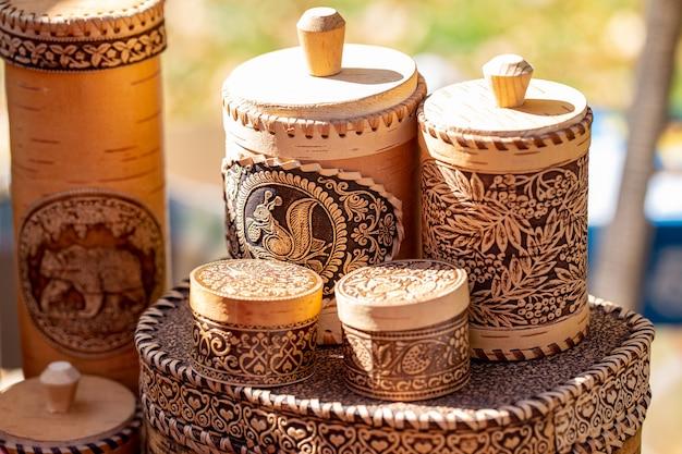 Drewniane przybory kuchenne z kory brzozowej, naczynia kuchenne z naturalnego drewna, talerze i akcesoria